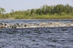 Isla de piedra en el río imágenes de archivo libres de regalías