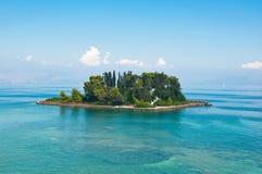 Isla de Pontikonisi o del ratón en el mar jónico Isla de Corfú, Grecia Imágenes de archivo libres de regalías