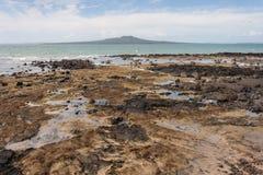 Isla de Rangitoto de la playa de Milford Fotos de archivo libres de regalías