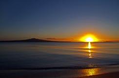 Isla de Rangitoto en el amanecer Foto de archivo libre de regalías