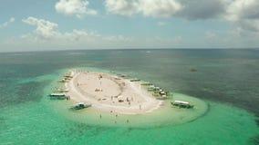 Isla de Sandy con una playa y los turistas Isla desnuda, Siargao almacen de video