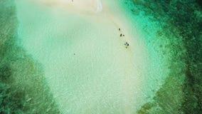 Isla de Sandy con una playa y los turistas Isla desnuda, Siargao almacen de metraje de vídeo
