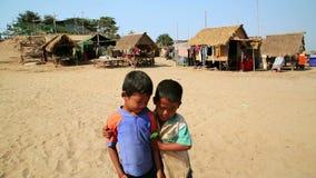 ISLA DE SEDA, CAMBOYA - MARZO DE 2014: presentación local de los niños almacen de video