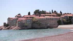 Isla de Sveti Stefan, primer de la isla por la tarde metrajes