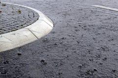 Isla de tráfico una carretera de asfalto inundada Fotos de archivo