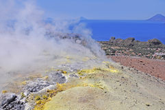 Isla de volcán. Fotografía de archivo
