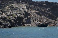 Isla de volcán de Santorini con un barco Imágenes de archivo libres de regalías