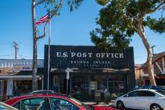 Isla del balboa, California - 12 de octubre de 2019: Fachada r?stica de la oficina de correos seg?n lo visto en la calle principa fotos de archivo