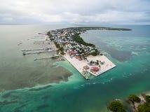 Isla del calafate de Caye en Belice Cielo nublado de la mañana y mar del Caribe en fondo imagen de archivo