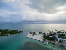 Isla del calafate de Caye en Belice Cielo nublado de la mañana y mar del Caribe en fondo fotografía de archivo