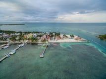 Isla del calafate de Caye en Belice Cielo nublado de la mañana y mar del Caribe en fondo fotografía de archivo libre de regalías