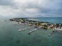 Isla del calafate de Caye en Belice Cielo nublado de la mañana y mar del Caribe en fondo foto de archivo