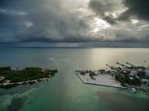 Isla del calafate de Caye en Belice Cielo nublado de la mañana y mar del Caribe en fondo fotos de archivo libres de regalías