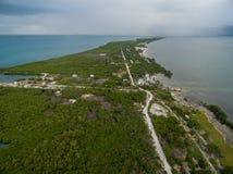Isla del calafate de Caye en Belice Cielo nublado de la mañana y mar del Caribe en fondo foto de archivo libre de regalías