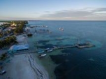Isla del calafate de Caye en el mar del Caribe belice Mar del Caribe en fondo Embarcadero foto de archivo libre de regalías