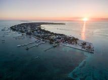 Isla del calafate de Caye en el mar del Caribe belice Mar del Caribe en fondo Luz de la puesta del sol fotografía de archivo