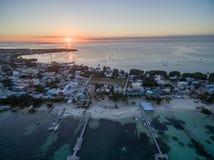 Isla del calafate de Caye en el mar del Caribe belice Mar del Caribe en fondo Luz de la puesta del sol imagenes de archivo