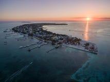 Isla del calafate de Caye en el mar del Caribe belice Mar del Caribe en fondo Luz de la puesta del sol foto de archivo