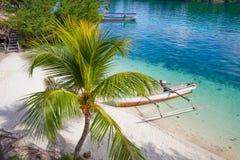Isla del Caribe parqueada barco de madera natural de la playa del océano de la cola larga de la foto Agua azul clara horizontal Fotografía de archivo libre de regalías