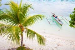 Isla del Caribe parqueada barco de madera natural de la playa del océano de la cola larga de la foto Fondo claro de la palma del  Foto de archivo
