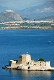 Isla del castillo de Bourtzi en Nafplion, Grecia - fondo de la arquitectura imagenes de archivo