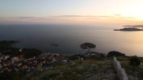 Isla del cierre de Sveti Stefan para arriba en la puesta del sol Montenegro, el Adria almacen de metraje de vídeo