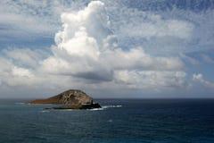 Isla del conejo en Oahu Hawaii los E.E.U.U. con la nube blanca grande imagen de archivo