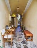 Isla del Hydra de Grecia, pequeña arcada de la cafetería de la calle Fotografía de archivo