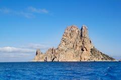 Isla del islote del Es Vedra en mediterráneo azul Fotografía de archivo