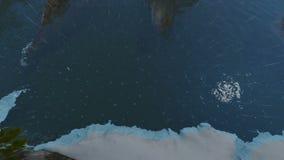 Isla del lago world en el océano abierto en las fuertes lluvias libre illustration