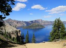 Isla del mago en el lago crater, Oregon Imagenes de archivo