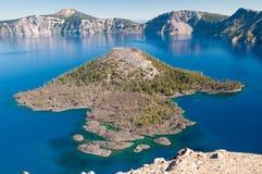 Isla del mago en el parque nacional del lago crater Imagen de archivo libre de regalías