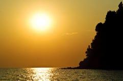 Isla del mar en la puesta del sol Fotografía de archivo
