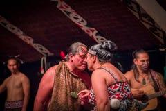 ISLA DEL NORTE, NUEVO SELANDIA 17 DE MAYO DE 2017: Baile de los pares de Tamaki Maori con la cara tradicionalmente tatooed en tra Imagen de archivo libre de regalías
