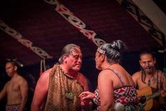 ISLA DEL NORTE, NUEVO SELANDIA 17 DE MAYO DE 2017: Baile de los pares de Tamaki Maori con la cara tradicionalmente tatooed en tra Fotografía de archivo libre de regalías