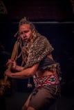 ISLA DEL NORTE, NUEVO SELANDIA 17 DE MAYO DE 2017: Baile del hombre de Tamaki Maori con la cara tradicionalmente tatooed y en tra Fotos de archivo libres de regalías