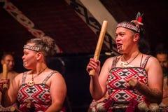 ISLA DEL NORTE, NUEVO SELANDIA 17 DE MAYO DE 2017: Ciérrese para arriba de dos señoras de Tamaki Maori con la cara tradicionalmen Fotografía de archivo libre de regalías