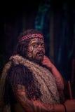 ISLA DEL NORTE, NUEVO SELANDIA 17 DE MAYO DE 2017: Ciérrese para arriba de un hombre del líder de Tamaki Maori con la cara tradic Fotografía de archivo