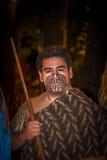 ISLA DEL NORTE, NUEVO SELANDIA 17 DE MAYO DE 2017: Ciérrese para arriba de un hombre maorí del líder con la cara tradicionalmente Foto de archivo