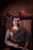 ISLA DEL NORTE, NUEVO SELANDIA 17 DE MAYO DE 2017: Ciérrese para arriba de un hombre maorí del líder con la cara tradicionalmente Imagen de archivo