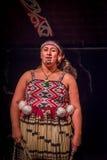 ISLA DEL NORTE, NUEVO SELANDIA 17 DE MAYO DE 2017: Ciérrese para arriba de una mujer de Tamaki Maori con la cara tradicionalmente Fotografía de archivo