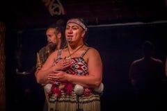 ISLA DEL NORTE, NUEVO SELANDIA 17 DE MAYO DE 2017: Ciérrese para arriba de una mujer de Tamaki Maori con la cara tradicionalmente Foto de archivo libre de regalías