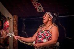 ISLA DEL NORTE, NUEVO SELANDIA 17 DE MAYO DE 2017: Ciérrese para arriba de una mujer de Tamaki Maori con la cara tradicionalmente Fotografía de archivo libre de regalías