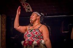 ISLA DEL NORTE, NUEVO SELANDIA 17 DE MAYO DE 2017: Ciérrese para arriba de una mujer de Tamaki Maori con la cara tradicionalmente Imagen de archivo libre de regalías