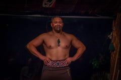 ISLA DEL NORTE, NUEVO SELANDIA 17 DE MAYO DE 2017: Hombre de Musculous Tamaki Maori con la cara tradicionalmente tatooed y en tra Fotos de archivo libres de regalías