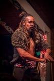 ISLA DEL NORTE, NUEVO SELANDIA 17 DE MAYO DE 2017: Hombre de Takami Maori con tatooed tradicionalmente en su cara, el llevar trad Fotografía de archivo libre de regalías