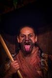 ISLA DEL NORTE, NUEVO SELANDIA 17 DE MAYO DE 2017: Hombre maorí que pega hacia fuera la lengua con la cara tradicionalmente tatoo Imagen de archivo libre de regalías