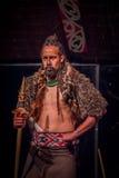 ISLA DEL NORTE, NUEVO SELANDIA 17 DE MAYO DE 2017: Hombre serio de Tamaki Maori que sostiene una lanza de madera, con tatooed tra Imagen de archivo