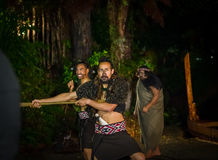 ISLA DEL NORTE, NUEVO SELANDIA 17 DE MAYO DE 2017: Hombres maoríes con la cara tradicionalmente tatooed en vestido tradicional en Foto de archivo
