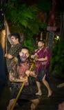 ISLA DEL NORTE, NUEVO SELANDIA 17 DE MAYO DE 2017: Hombres maoríes que gritan con la cara tradicionalmente tatooed en vestido tra Foto de archivo libre de regalías
